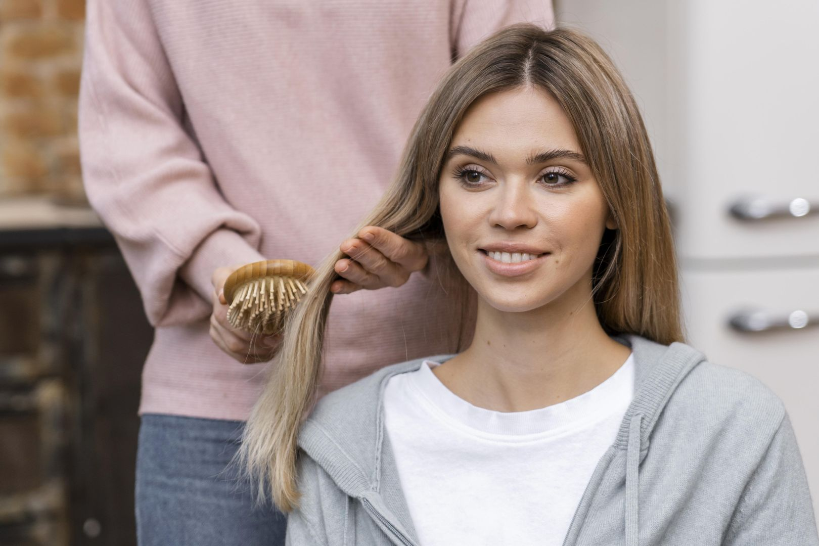 front-view-of-woman-getting-her-hair-brushed-at-the-salon_wynik